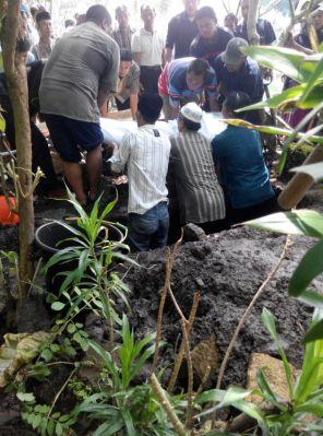 Pemakaman Ustadzah Tri